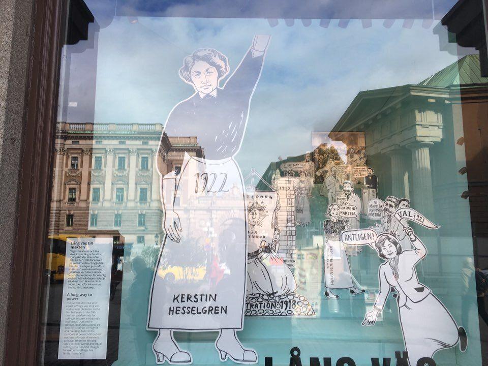 여성 참정권 획득 100주년을 축하하는 그림이 스톡홀름 국회 건물에 내걸려 있다. 그림 속 주인공인 커스틴 헤셀그렌(kerstin hesselgren)은 여성 참정권이 실현된 후 1921년...