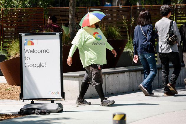 지난 5월 1일 사내 성희롱 사건과 사후 조치에 대한 항의의 의미로 연좌 농성 중인 캘리포니아 마운틴 뷰의 구글