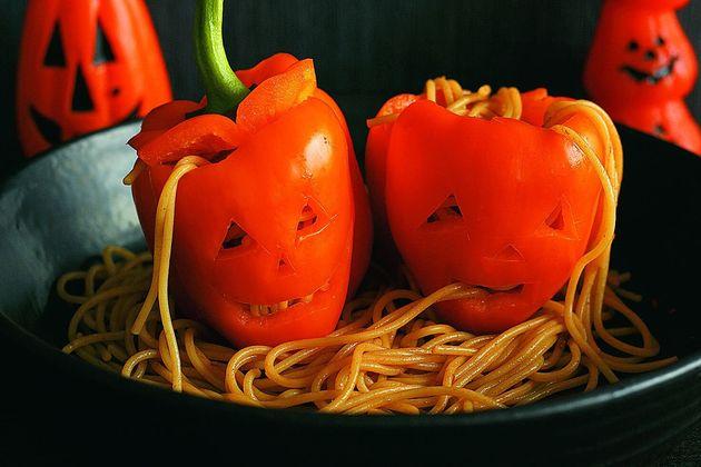 ハロウィンにぴったりなホラー料理。魔女の指ソーセージから、目玉の杏仁豆腐まで