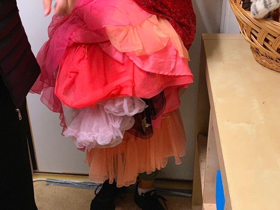이갈리아 원장 로따가 아동들이 춤출 때 입는 치마를 들어 보여주고 있다. 빨강, 핑크 등 화려한 색감의 치마는 이곳의 아동들에게 '여자애나 입는 것'이 아닌 '춤출 때 입고 싶은 예쁜