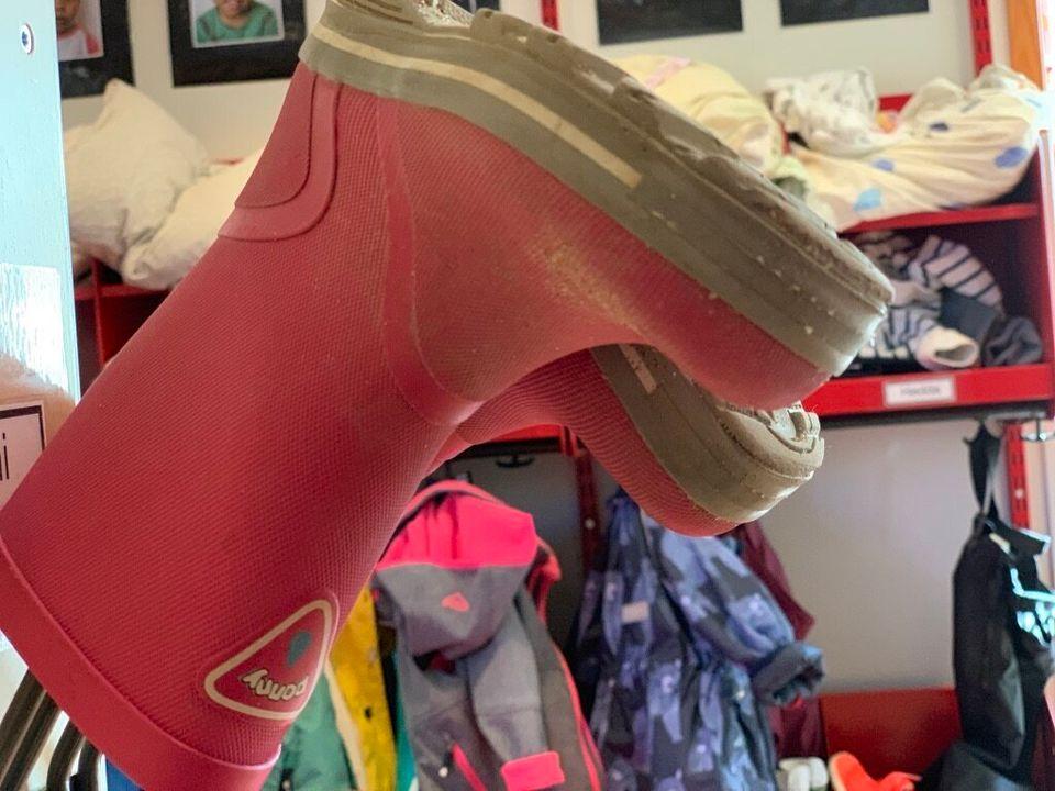 한국에서 핑크 신발은 거의 100% 여아를 위한 것이지만, 스웨덴에서는 신발 색깔만으로 성별을 추정할 수