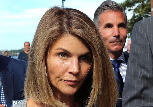 L'actrice Lori Loughlin et son mari Mossimo Giannulli devant le tribunal de Boston, le 27 août