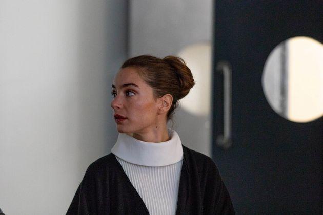 サラの再来と呼ばれる若手女優、マノン(マノン・クラヴェル)。劇中劇『母の記憶に』で、ファビエンヌと共演する。