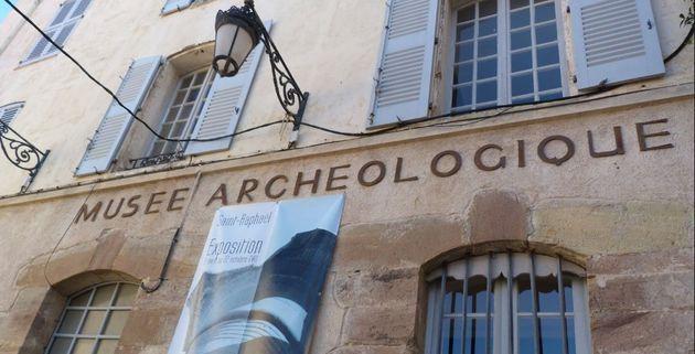 """Arrestato l'uomo barricato dentro il museo in Francia. La sua minaccia: """"Diventerà un"""