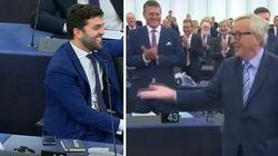 Tutti in piedi per Juncker. Zanni (Lega) resta seduto e lui gli fa il cenno di alzarsi