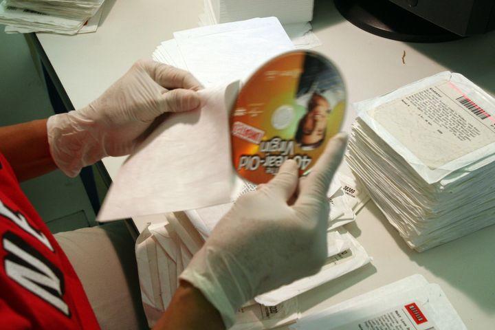 Un trabajador de Netflix en el hub de Gaithersburg, centro que procesaba cerca de 130.000 películas en 2007.
