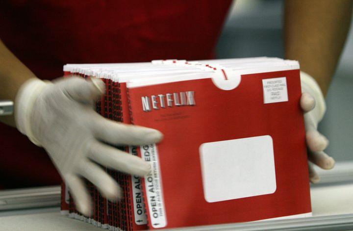 Paulina Khimngan agrupa un grupo de sobres de Netflix.
