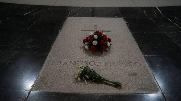 La tumba de Francisco Franco en el interior de la basílica del Valle de los