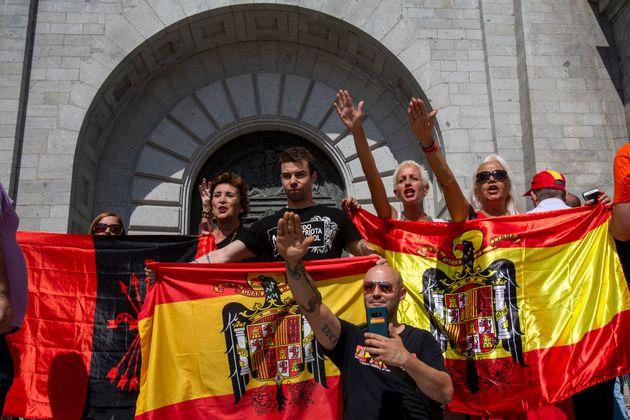 Des militants font un salut nazi devant la Valle de los Caidos le 15 juillet