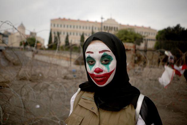 Une libanaise manifeste en arborant le maquillage du Joker, afin de réclamer de meilleures conditions...