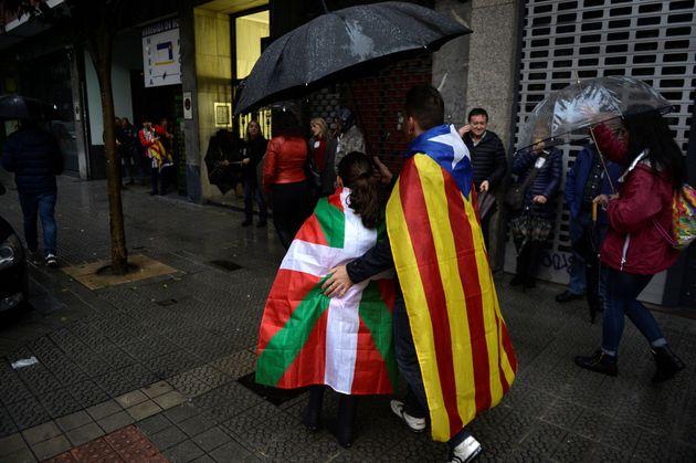 Una pareja en Bilbao con una ikurriña y una