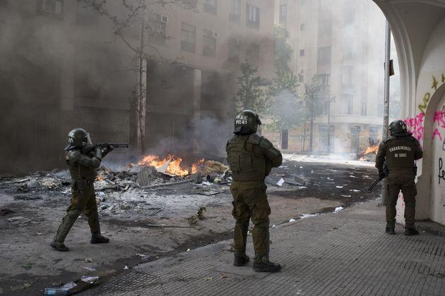 Un enfant tué dans les émeutes au Chili, le bilan relevé à 18 morts (photo...