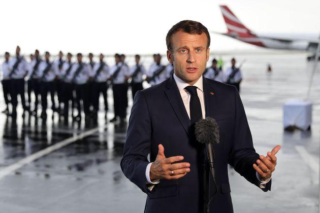 Emmanuel Macron à son arrivée à Saint-Denis de la Réunion mercredi 23