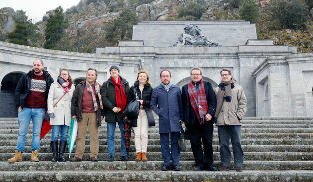 Fernando Martínez (segundo por la derecha), visitando el Valle de los Caídos con miembros...