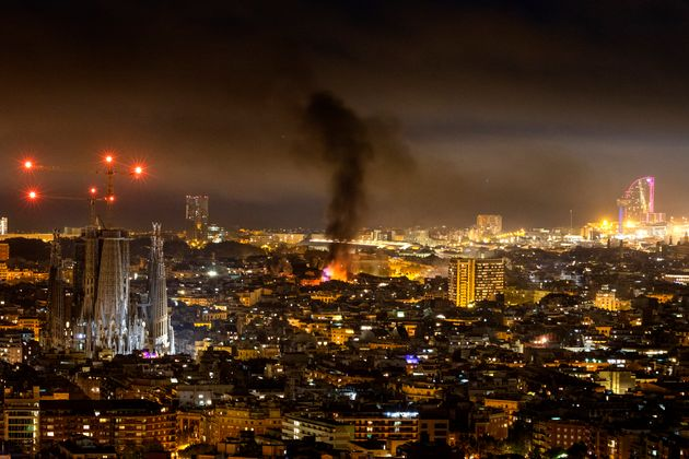 Una columna de humo se eleva en el cielo de Barcelona, procedente de los fuegos de las barricadas del...