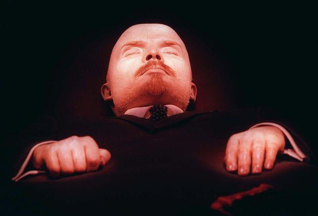 El cuerpo embalsamado de Lenin, en su tumba de la Plaza Roja de Moscú, en una imagen de