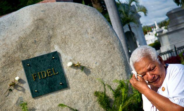 Una señora llora ante la tumba de Fidel Castro enSanta Ifigenia de Santiago de