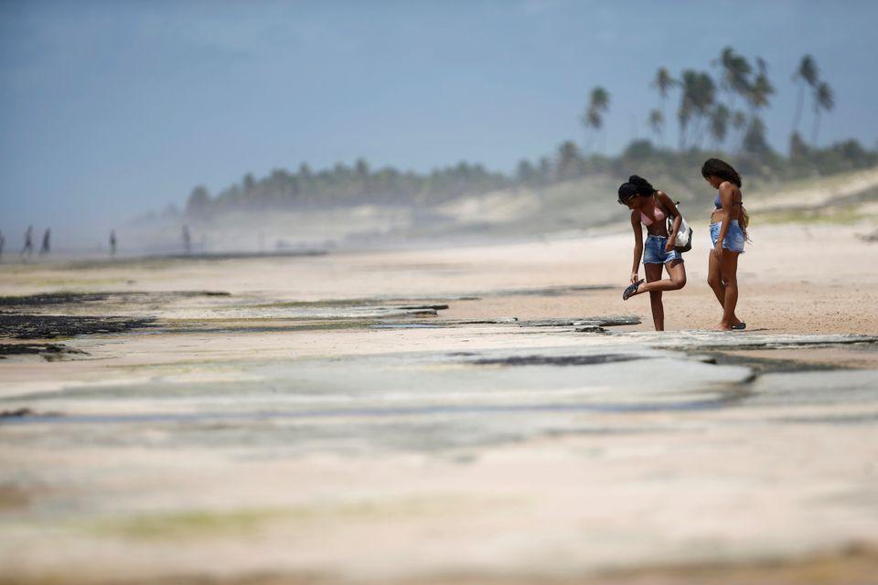 Mais de 200 praias do Nordeste brasileiro foram atingidas pelas manchas de