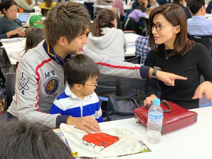 会場には、元衆院議員の金子恵美さん、宮崎謙介さん夫妻の姿もあった。