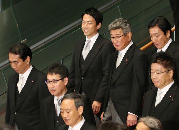 第4次安倍再改造内閣の記念撮影を終え、笑顔を見せる小泉進次郎環境相=9月11日、首相官邸