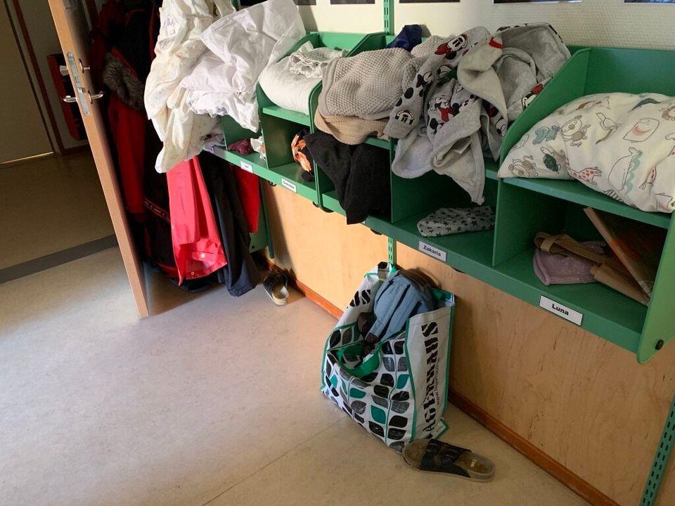 1~5살 아이들에게 '혼자 옷 갈아입기'를 시도해 보게 한다. 교사는 아이가 못할 때만 도와준다.
