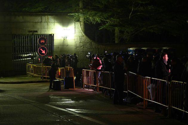Trabajadores de los medios de comunicación a la espera en la entrada del Valle de los