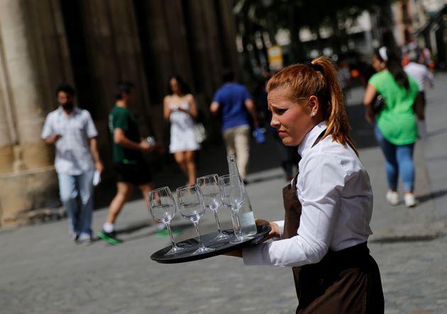 Una camarera, trabajando en un restaurante de