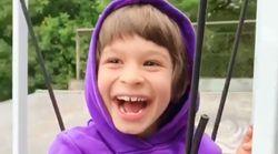 「スケボーに乗りたい」夢をかなえた脳性まひの少年、満面の笑みを浮かべる(動画)