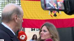 El nieto de Franco muestra una bandera franquista en la puerta de su