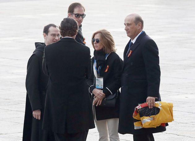 El nieto mayor de Franco, Francis Franco (d) con una bandera preconstitucional a su llegada al Valle...