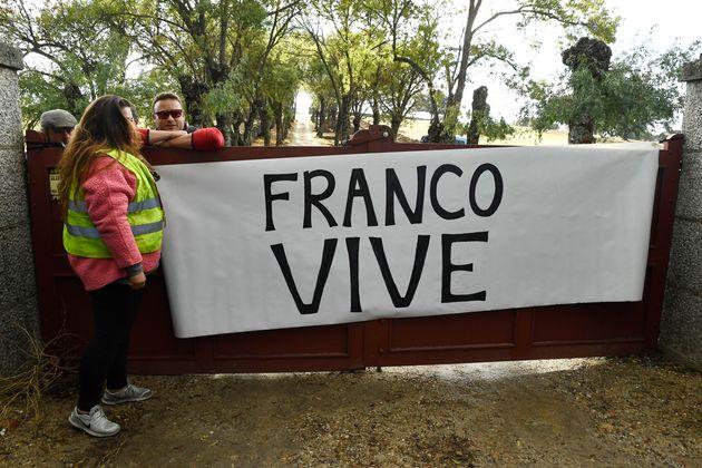 Un grupo de afines a Franco despliega una pancarta con el lema
