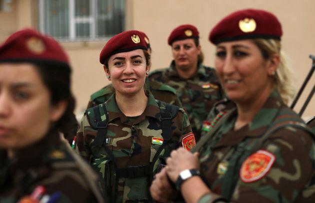 Des combattantes kurdes de Syrie membres des Peshmergas et des YPG (unités de protection du Rojava)...