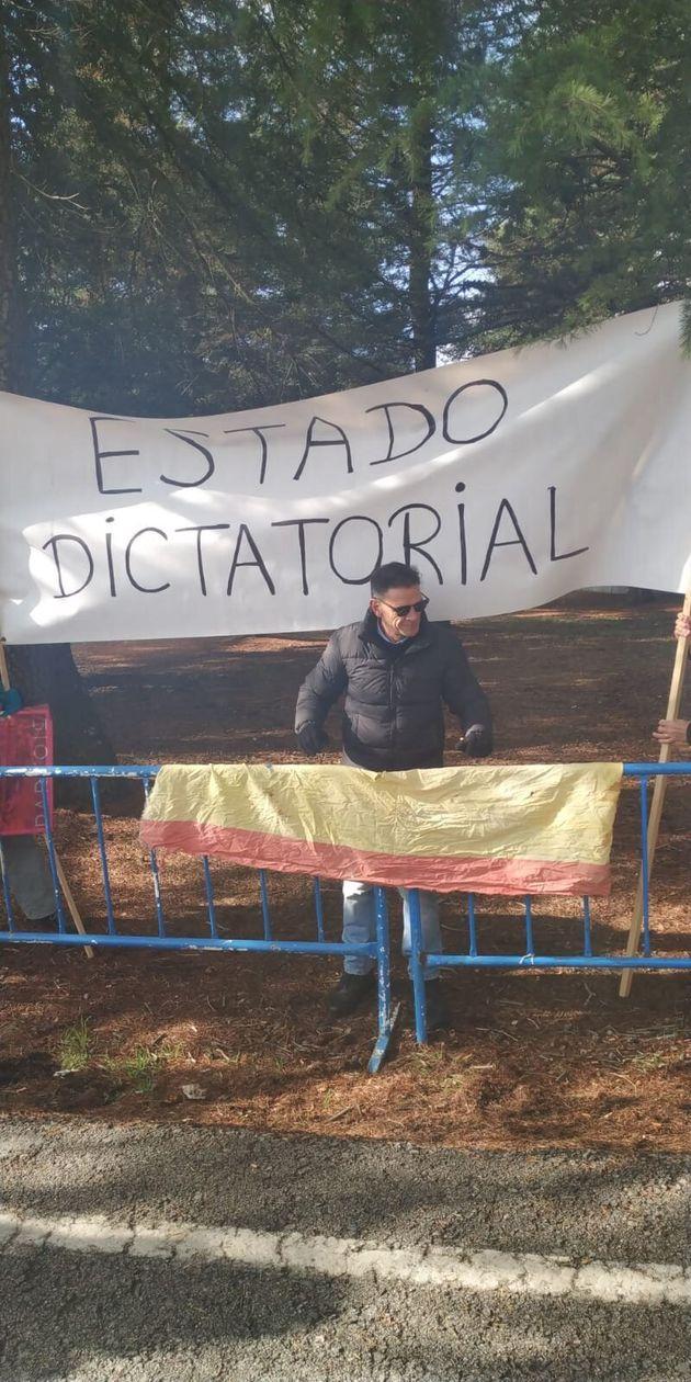 Pancartas contra la decisión del Estado de exhumar a