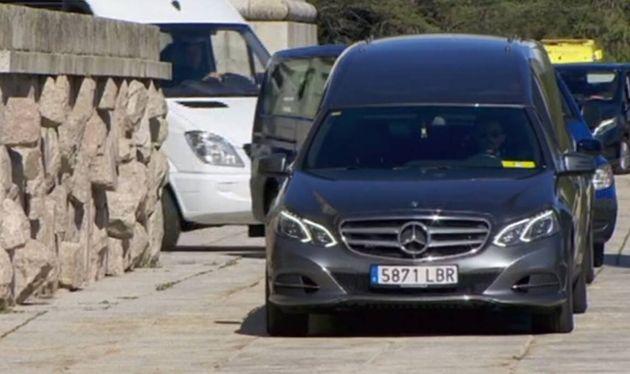 El coche transporta los restos de Franco hacia el helicóptero que los transportará a