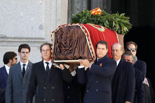 Los familiares de Franco encabezan la comitiva familiar que porta el féretro con los restos mortales...