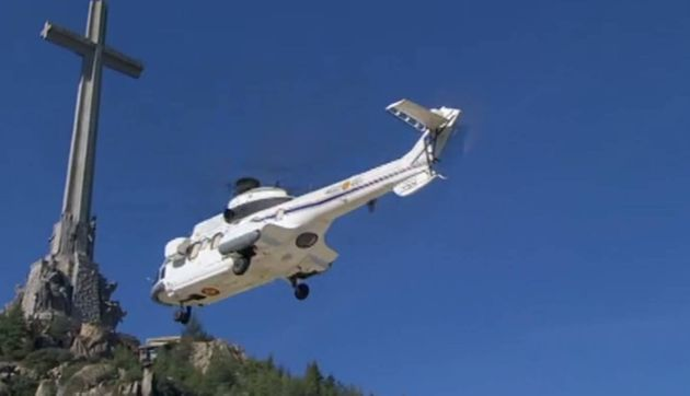 Un helicóptero traslada el cuerpo de Franco del Valle de los Caídos al cementerio de Mingorrubio