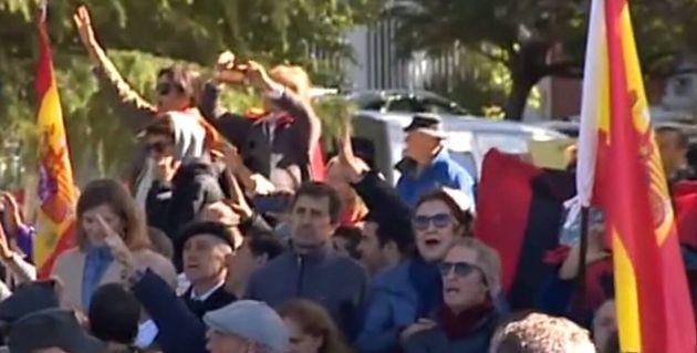 Franquistas reciben los restos del dictador cantando el Cara al