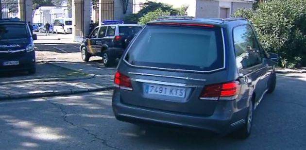 El coche fúnebre con los restos de Franco llegan al cementerio de