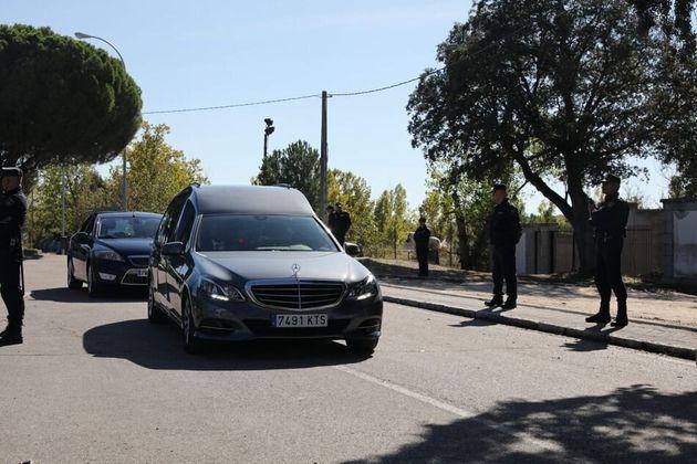 El coche fúnebre llega al cementerio de El