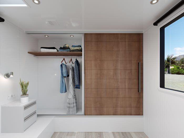 Η ευρύχωρη ντουλάπα. Οταν ανοίγει, η πόρτα της κρύβει το πλυντήριο ρούχων που βρίσκεται δίπλα.