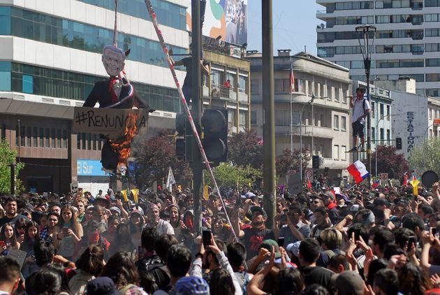 L'effigie du Président Sebastian Pinera sur laquelle est écrit le hashtag