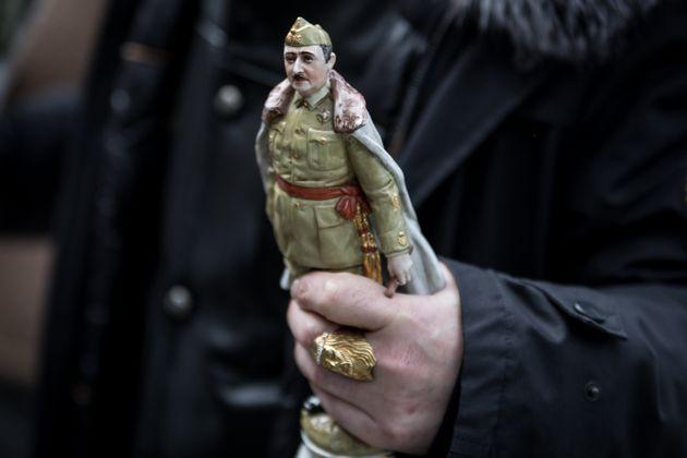 Un señor porta una figura de
