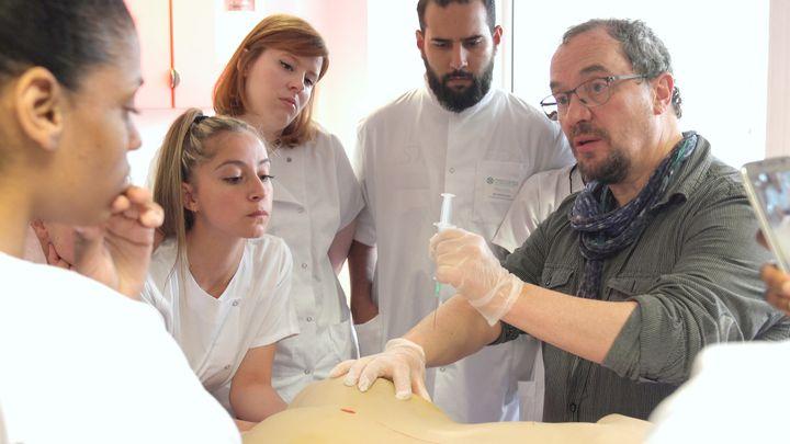 筋肉注射のやり方を教える教師。「失神しそう」という生徒に、「失神したいのは患者の方だ」と返す