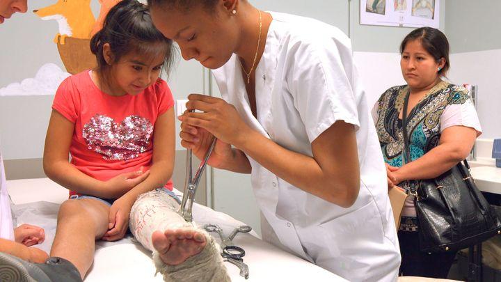 実習先の病院で、小さい子どものギプスを外す。母親が後ろから心配そうに見守る