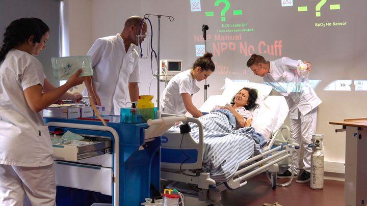 内科の病棟に、女性が緊急搬送されたという設定の実習。何をすべきかわからず慌てる学生たち