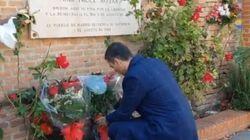 Sánchez lleva flores al lugar donde asesinaron a las Trece
