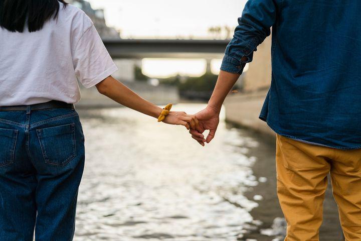 Se você tem dificuldade em se abrir em seus relacionamentos românticos, saiba que não é o único.