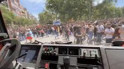 Au Chili, les manifestants applaudissent les pompiers et leur déblaient les