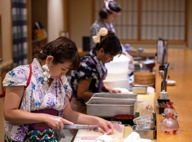 なでしこ寿司で働く千津井由貴さんら女性職人=東京・秋葉原