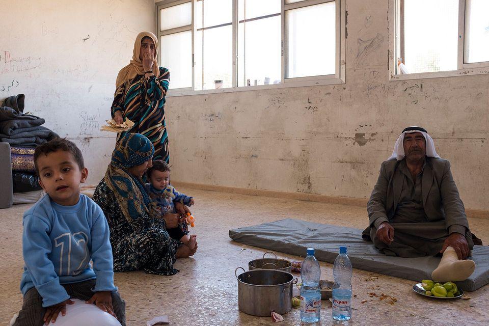 Hassaka, 24 ottobre 2019, Una famiglia di IDP all'interno della propria sistemazione in una delle scuole...